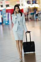 donna di affari indiana che parla sul telefono cellulare foto
