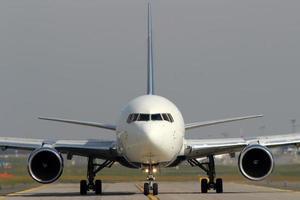 aereo sulla via di rullaggio foto