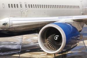 vicino foto di un motore di un aereo passeggeri