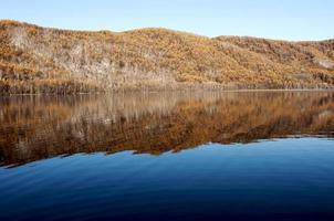 paesaggio autunnale del lago foto
