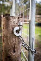 serratura del cancello della fattoria foto