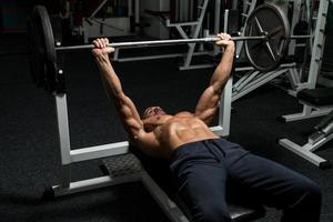 sollevatore di pesi su panca