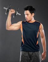 giovane che si esercita con il sollevamento pesi