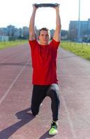 l'uomo atletico solleva i pesi
