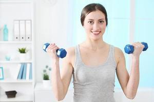 donne felici di sollevamento pesi che esercitano foto