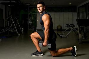 uomo allenamento postura body building esercizi di allenamento con i pesi foto