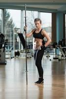 ritratto di una giovane donna fisicamente in forma foto