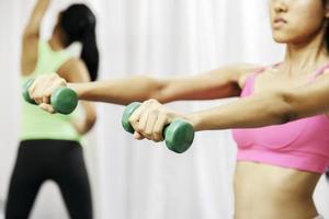 donne che fanno esercizio fisico foto
