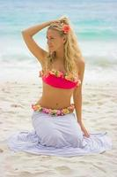 ragazza bionda sulla spiaggia foto