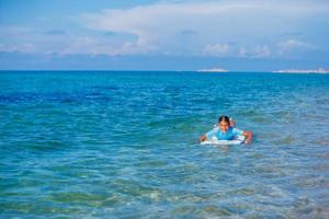 ragazza con il surf foto