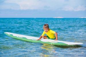 ragazzo con il surf foto