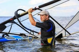 il windsurfista si affaccia sul mare