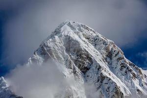 bellissimo paesaggio delle montagne dell'Hymalayas foto