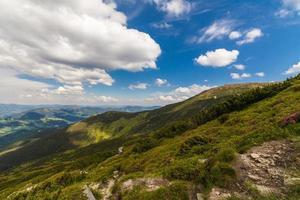 paesaggio di belle montagne nei Carpazi foto