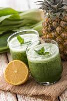 cavolo verde cinese e succo di mix di ananas foto
