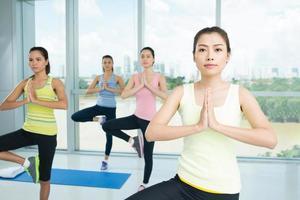 facendo posizione yoga foto