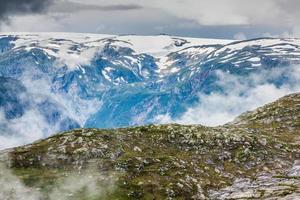 bellissimo paesaggio norvegese con le montagne foto
