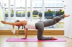 donna bionda che fa yoga foto