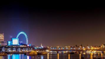 notte del paesaggio dell'occhio di Londra foto