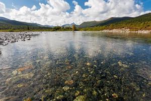 paesaggio selvaggio nelle montagne ural. foto