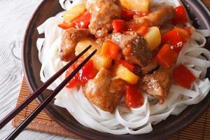 carne di maiale con verdure e spaghetti vista dall'alto orizzontale foto