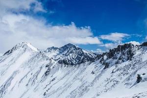 bellissimo paesaggio di montagne. foto