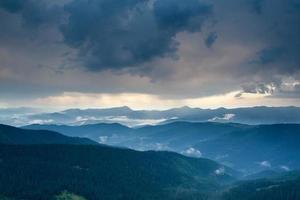paesaggio montano dei Carpazi dopo la pioggia