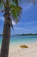canoa sulla spiaggia foto