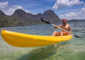 giovani a remi in kayak