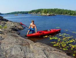 adolescente tirando un kayak foto