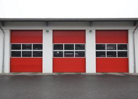 fila del garage della caserma dei pompieri foto