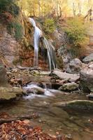 bella cascata nella foresta, paesaggio autunnale
