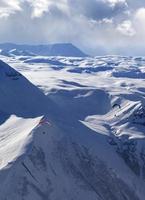 velocità di volo in inverno sera montagne foto