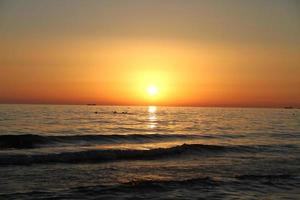 bellissimo paesaggio con tramonto e mare
