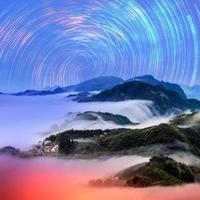 paesaggio montano in inverno di notte foto