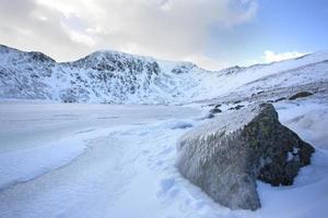 roccia e paesaggio di montagna invernale congelato