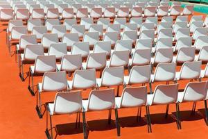 file vuote di sedili schienali allo spettatore foto