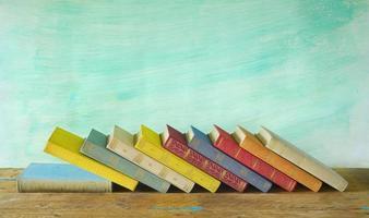 fila di libri, sfondo sgangherata, spazio di copia gratuita foto
