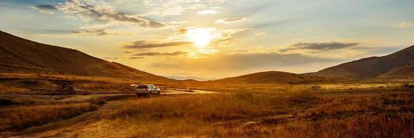 macchina al tramonto
