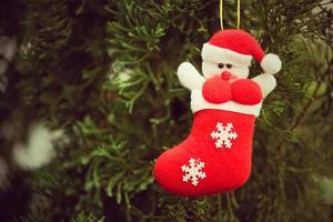 calze di Natale decorano alberi di Natale e altre decorazioni. foto