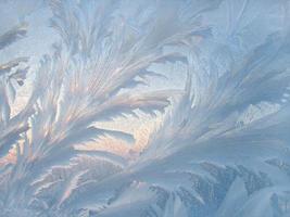 modello di ghiaccio sul vetro invernale foto