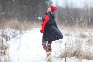 piste felici della neve di inverno della ragazza foto