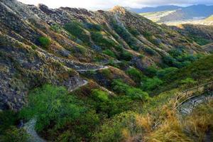 sentiero verso il punto di vista del cratere testa di diamante su oahu