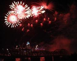 fuochi d'artificio simili a fiori con fumo sullo skyline di Cincinnati
