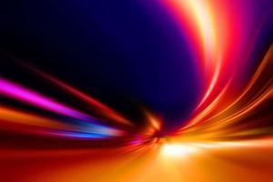 luci colorate di una strada di notte foto