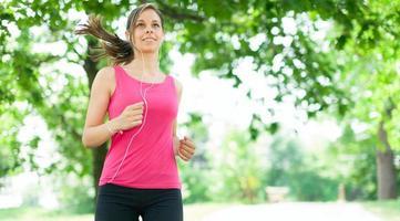donna che corre all'aperto foto