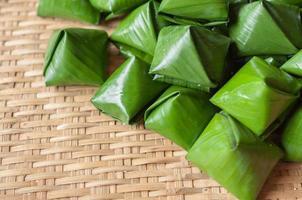 Piramide di pasta ripiena dessert sul modello di bambù foto