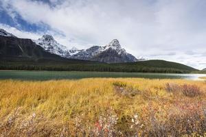 montagne rocciose e lago