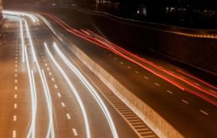 strada sfocata di notte foto