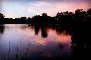 lago viola al tramonto